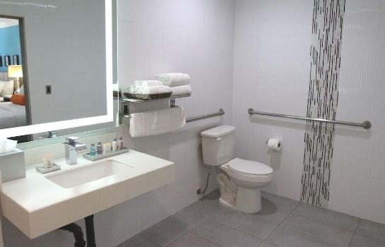 Bathroom BLVD Hotel & Suites-Walking Distance to Hollywood Walk of Fame