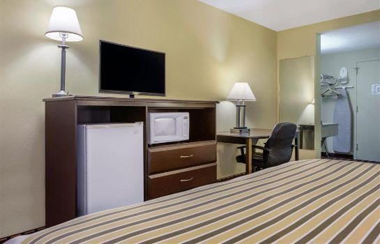 Zimmer Econo Lodge Inn and Suites Triadelphia -