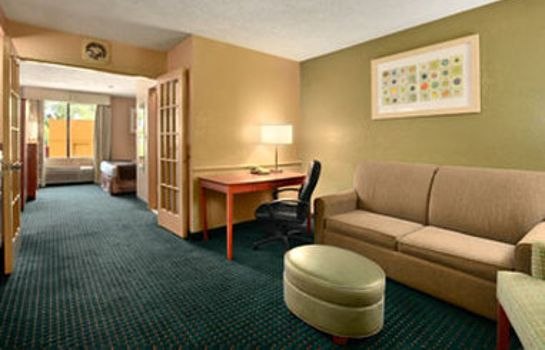 Zimmer HOWARD JOHNSON INN & SUITES SA