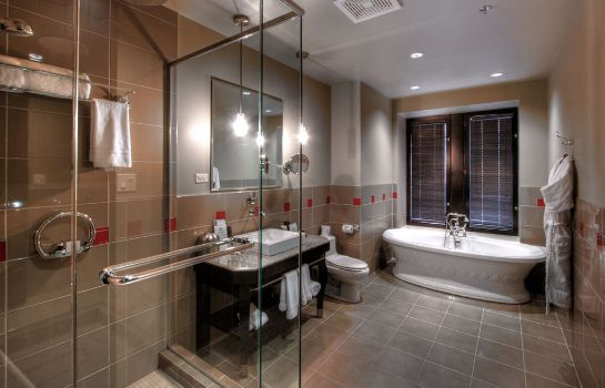 Bagno in camera Le Place d'Armes Hotel & Suites