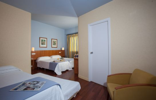 Four-bed room Nuria Hotel