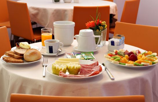 Breakfast buffet Des Etrangers