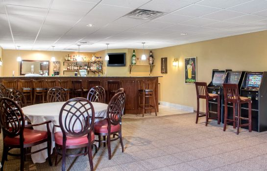Hotel-Bar Comfort Suites Johnson Creek Conference Center