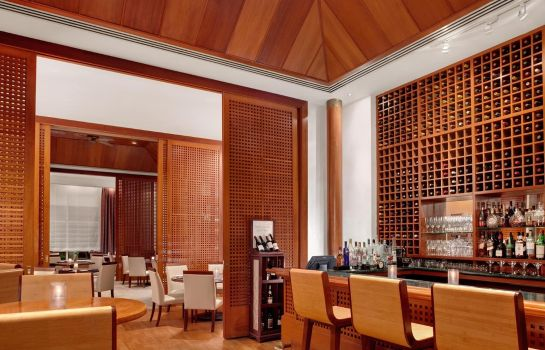 Hotel bar Hilton Guam Resort  Spa