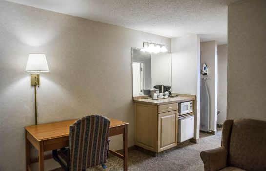 Room Quality Inn & Suites Cincinnati Sharonville