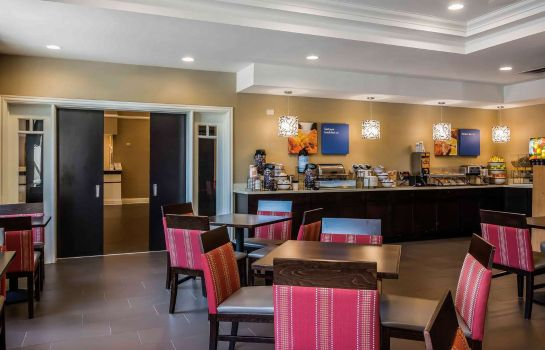Restaurant Comfort Inn & Suites near Six Flags