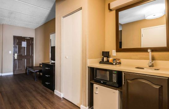 Suite Comfort Inn & Suites near Six Flags