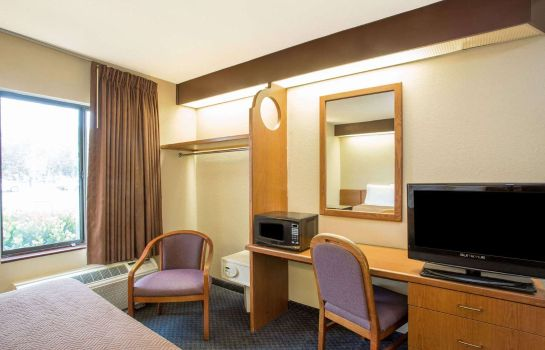 Room Econo Lodge Airport