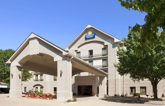 Exterior view DAYS INN SUITES CEDAR RAPIDS