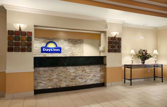 Lobby DAYS INN SUITES CEDAR RAPIDS