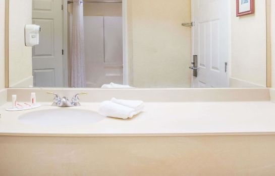 Bagno in camera Howard Johnson Inn Jackson