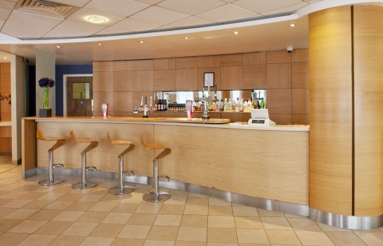 Hotel bar Holiday Inn Express OXFORD - KASSAM STADIUM