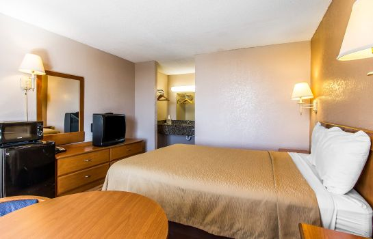 Zimmer Econo Lodge  Inn & Suites Near Bricktown