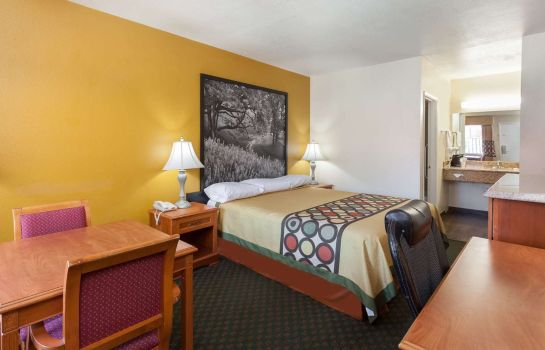 Zimmer Super 8 by Wyndham Bakersfield South CA