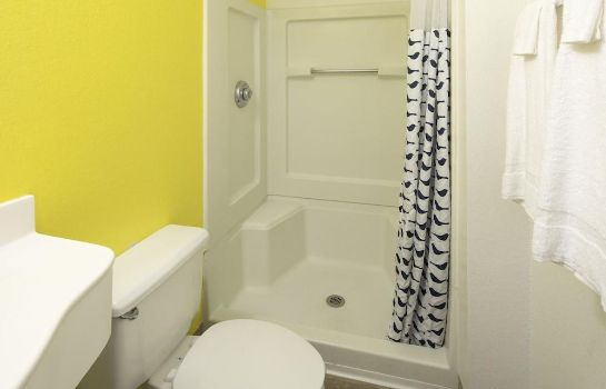 Bagno in camera InTown Suites Baton Rouge