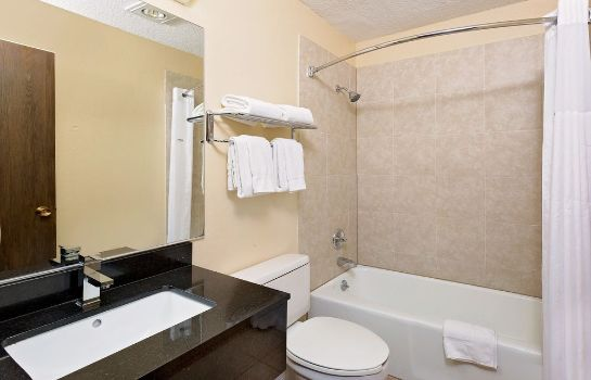 Bagno in camera Howard Johnson Inn Waterloo/Cedar Falls