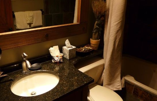 Cuarto de baño Wildwood Lodge by Peak to Green Accommodations