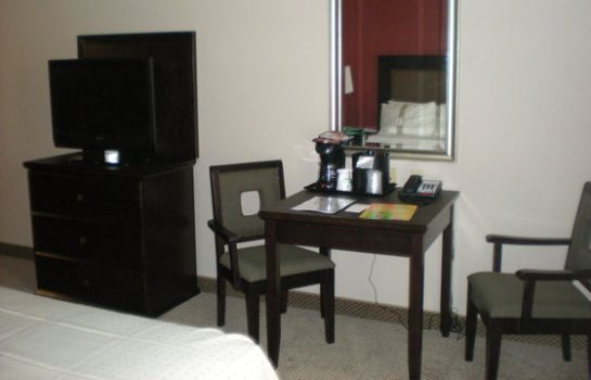 Zimmer Holiday Inn & Suites BAKERSFIELD