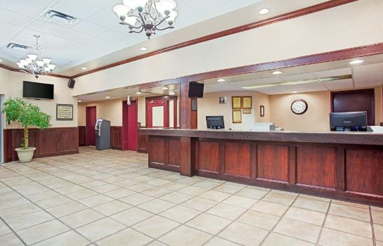Recepción Ramada Red Deer Hotel and Suites