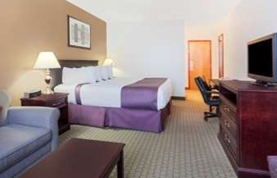 Camera Ramada Red Deer Hotel and Suites