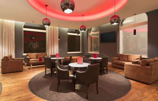 Bar de l'hôtel Ramada Belfast City by Wyndham