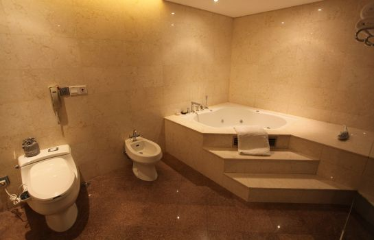Bathroom Ramada Plaza Shanghai Caohejing (New Building)