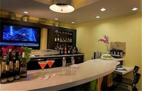 Hotel bar ONTARIO GRAND INN AND SUITES
