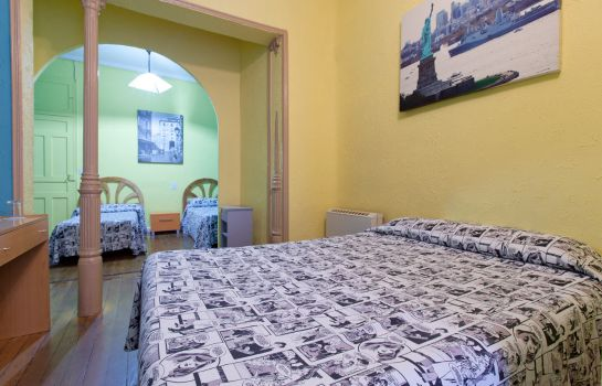 Four-bed room Hostal 12 Rooms
