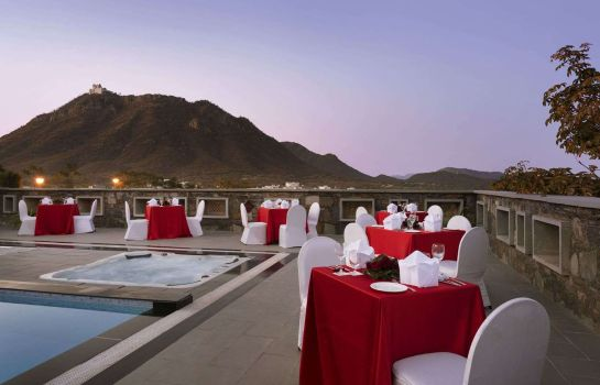 Hotel bar Ramada by Wyndham Udaipur Resort and Spa