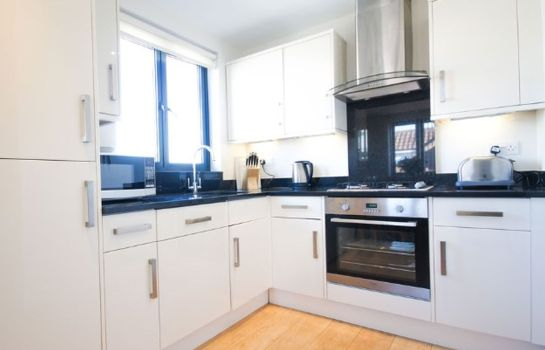 Cucina in camera Crompton House Serviced Apartments