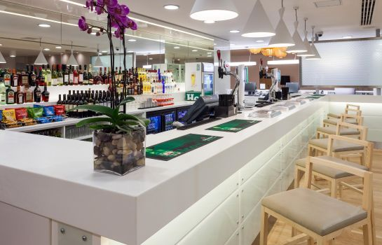 Bar del hotel HbH London Gatwick Airport