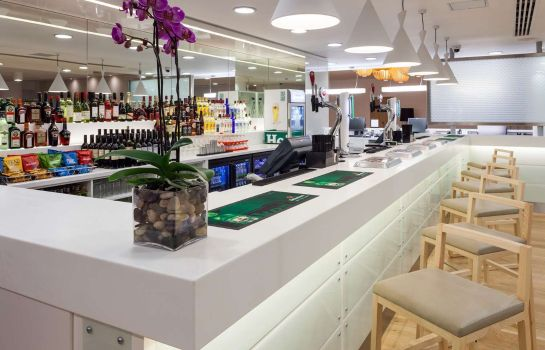 Bar del hotel Hampton by Hilton London Gatwick Airport