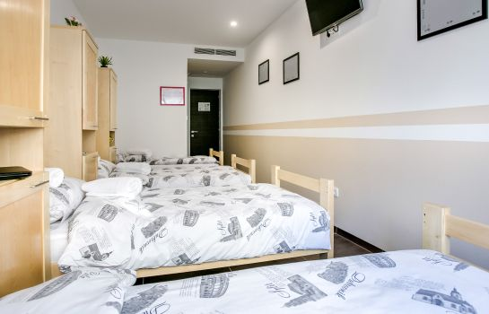 Four-bed room Hostel Moving