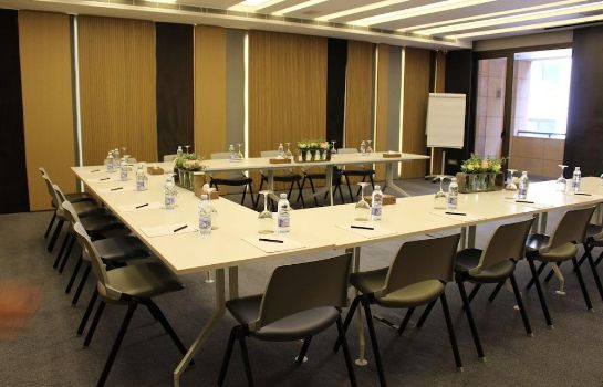 Meeting room Saifi Suites