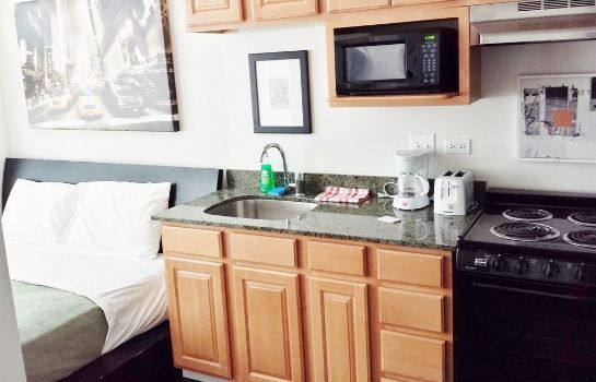 Cucina in camera Pittsfield Apartments + Suites
