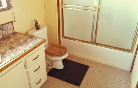 Bathroom Hamakua Guest House and Camping Cabanas