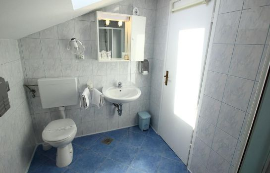 Bagno in camera Bacan Serviced Apartments