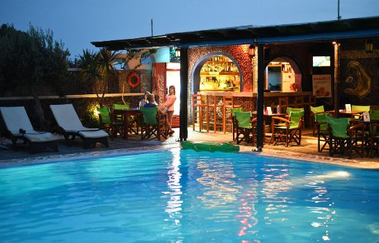 Bar del hotel Holiday Beach Resort