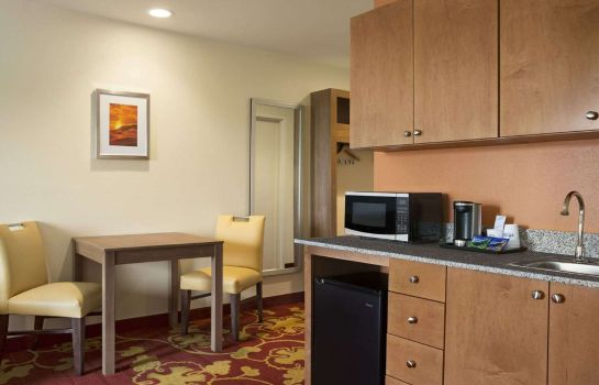 Suite DAYS INN & SUITES BY WYNDHAM B