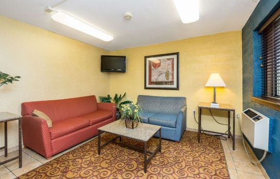 Hall MOTEL 6 CEDAR RAPIDS AIRPORT