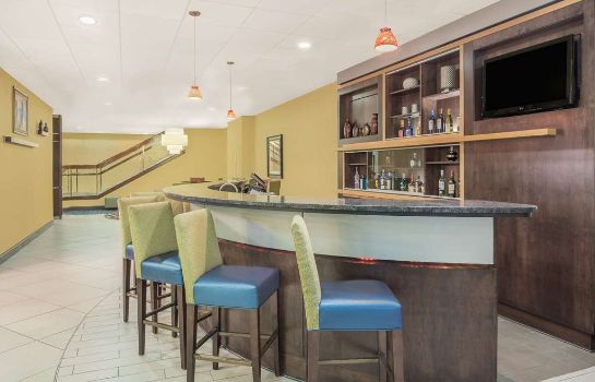 Bar hotelowy Ramada Plaza by Wyndham Fayetteville Fort Bragg Area