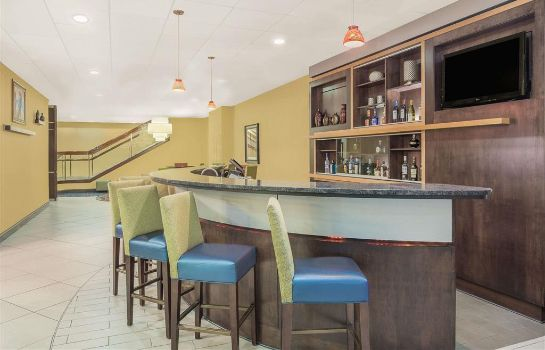 Hotel-Bar Ramada Plaza by Wyndham Fayetteville Fort Bragg Area