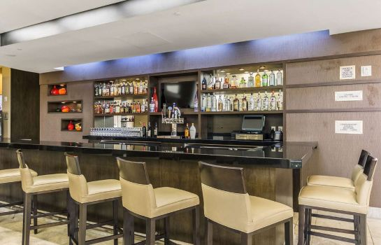 Bar del hotel Embassy Suites by Hilton Newark Airport