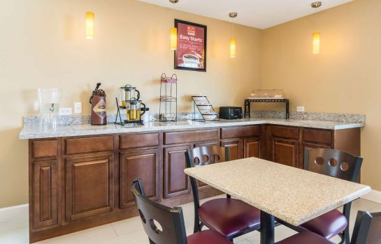 Restaurant Econo Lodge Inn & Suites North Little Rock near Riverfront