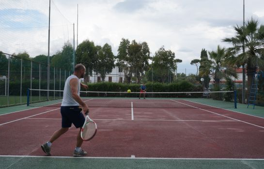 Tennisplatz Holiday Village