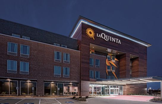 Exterior view La Quinta Inn Ste Dallas Grand Prairie North