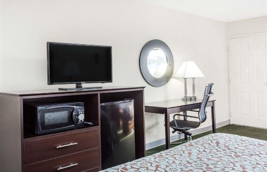 Suite DAYS INN HENDERSONVILLE