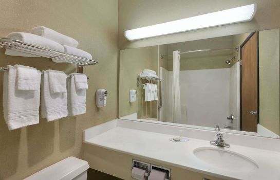 Cuarto de baño Super 8 Lees Summit