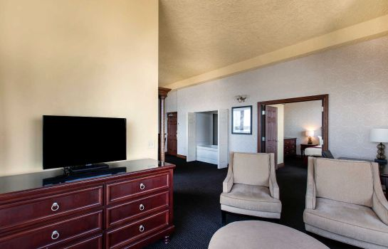 Suite an Ascend Hotel Collection Member Shoreline Inn & Conference C