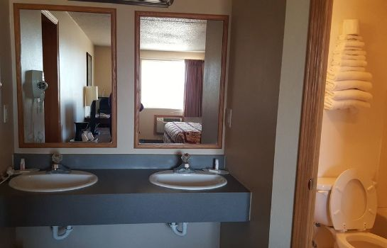 Salle de bains Knights Inn and Suites Grand Forks